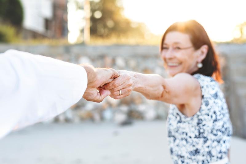 Idős házaspár támogatja egymást